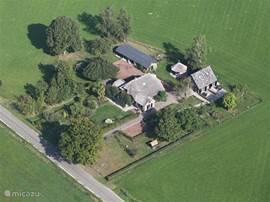 Luchtfoto van sep 2013. De vakantieappartementen zijn in het huisje aan de rechterkant.