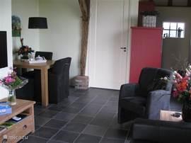Woonkamer appartement Noord. Met rechts de open keuken en links de eethoek.