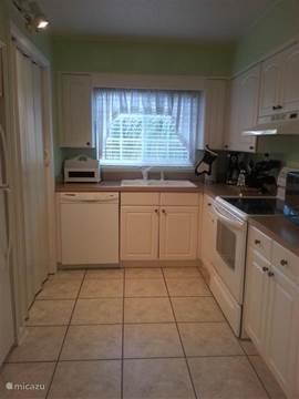 Functionele aparte keuken met een aangrenzend washok met wasmachine en droger.  Alle moderne apparatuur aanwezig inc. vaatwasser