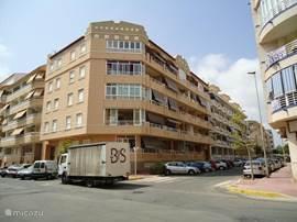 Dit is het gebouw waarin het appartement zich bevind: Calle Ing. Joaquim Munoz 16, B-4 in Guardamar del Segura.