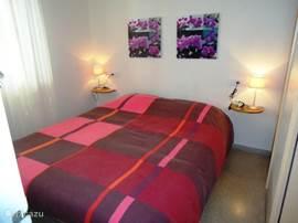 Deze slaapkamer met een fijn 2 persoons bed geeft uitzicht op het balkon en is voorzien van een ruime kleding kast.