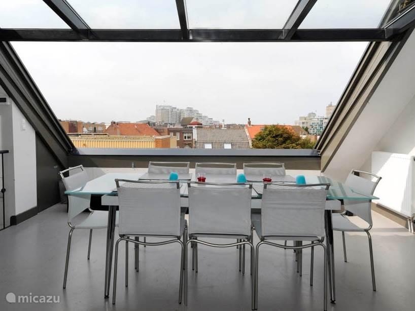 Woonkamer 2e etage met open dak(vlak)raam