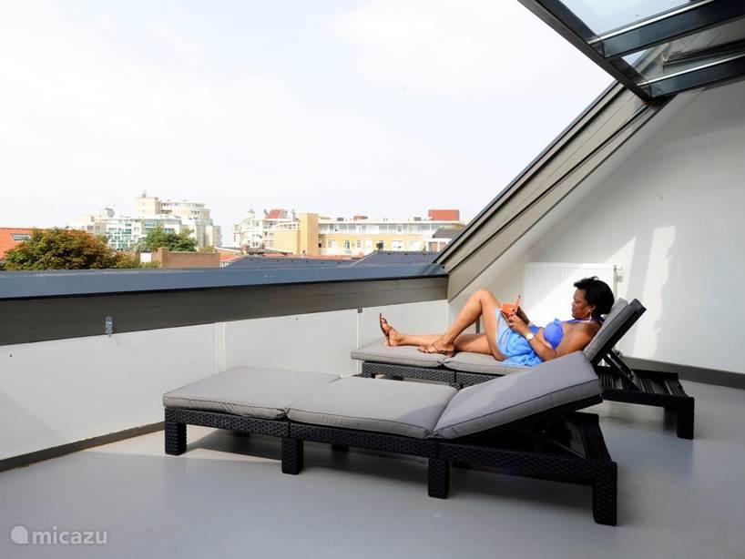 Zonnen op de 2e etage dak(vlak)raam geopend. Volledig privacy!!!