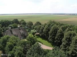 Villa Uit Zicht ligt landelijk. De riante besloten tuin wordt omgeven door weilanden.