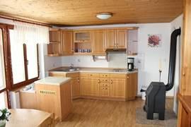 Keuken. Deze is voorzien van een keramische kookplaat, oven en koffiezetapparaat.