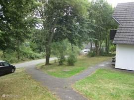 Een ruime tuin met veel gras rondom de woning. Er is altijd wel een plekje in de zon of in de schaduw te vinden.