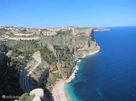 Kust bij Cumbre del Sol. Playa del Moraig is op 5 minuten rijden. Helder water, zwemmen en snorkelen. In de zomer is er een terras