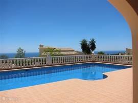 Fantastisch zeezicht vanaf het terras, het zwembad, de woonkamer en 2 slaapkamers.