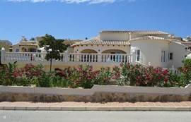 Nieuwe luxe villa, groot terras met zowel zon als schaduwplekjes. Mooie tuin met mediterran beplanting en fruitbomen.