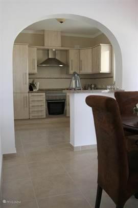 Half-open keuken met moderne inbouw apparatuur.