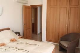 3 slaapkamers met luxe box-spring bedden en inbouwkasten. 2 slaapkamers met openslaande deuren naar terras en zeezicht