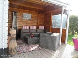 De mooie Veranda, om HEERLIJK te zitten in de avond of bij minder mooi weer. En te Barbecueën overdekt!