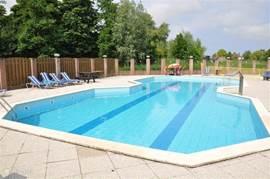 En wat dacht U hiervan!   Een lekker verwarmd BUITEN Zwembad! Voor ieder wat wils!!!