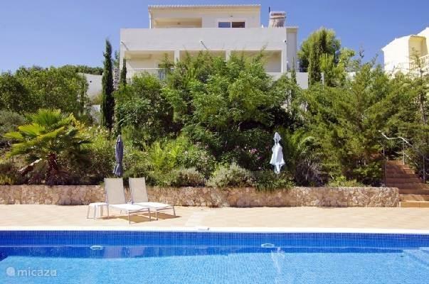 Achterzijde met zwembad en heerlijk zonneterras.