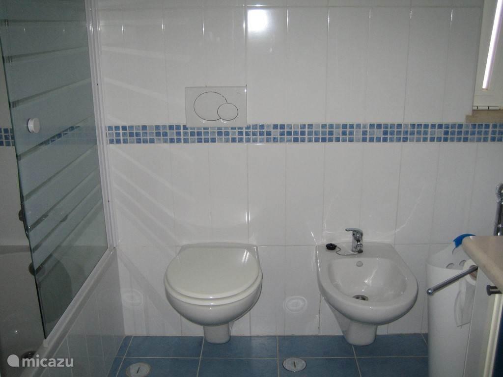 Badkamer met ligbad, toilet en bidet. Daarnaast heeft het huis nog 2 badkamers....