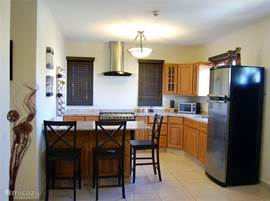 De uitgebreide keuken voorzien van alle standaard apparatuur, alsmede de eetbar.