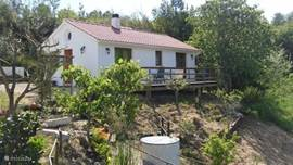 Het vrijstaand huisje met terras geeft een heel mooi uitzicht over de vallei.