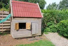 .. een leuk speelhuisje mét speelgoed in de tuin!