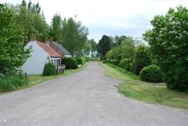 Eén van de twee straatjes van Sasput, met aan de rechterkant het vakantiehuis.