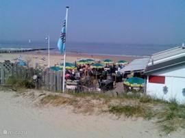 Het strand nabij Breskens. Hier zijn verschillende strandtentjes waar u een kopje koffie kunt drinken of een hapje kunt eten.