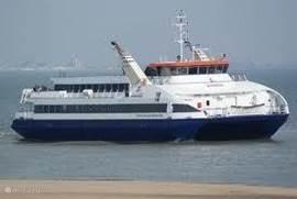 De fast-ferry vertrekt vanuit Breskens en brengt u in 20 minuten naar Vlissingen, waar attracties als bv. Het Arsenaal te voet te bereiken zijn.