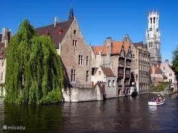 Op een steenworp afstand, net over de Belgische grens, vind u de stad Brugge, met de beroemde reien, middeleeuwse straatjes en vele gezellig terrasjes.