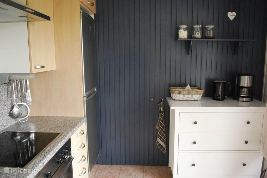 De keuken heeft een uitgebreide inventaris en is van alle gemakken voorzien.