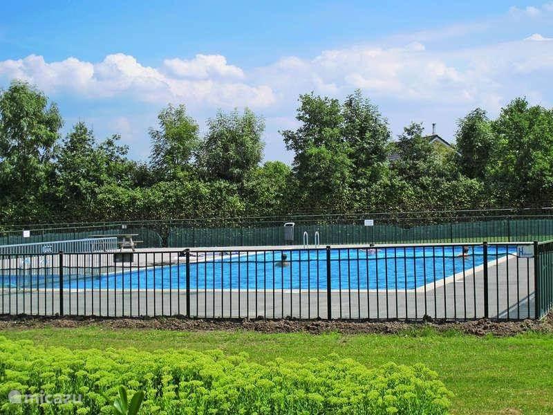 Het heerlijke buitenzwembad van het park