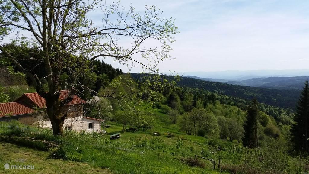 Het huis ligt geheel vrij. Rondom het huis geniet u van het prachtige uitzicht!