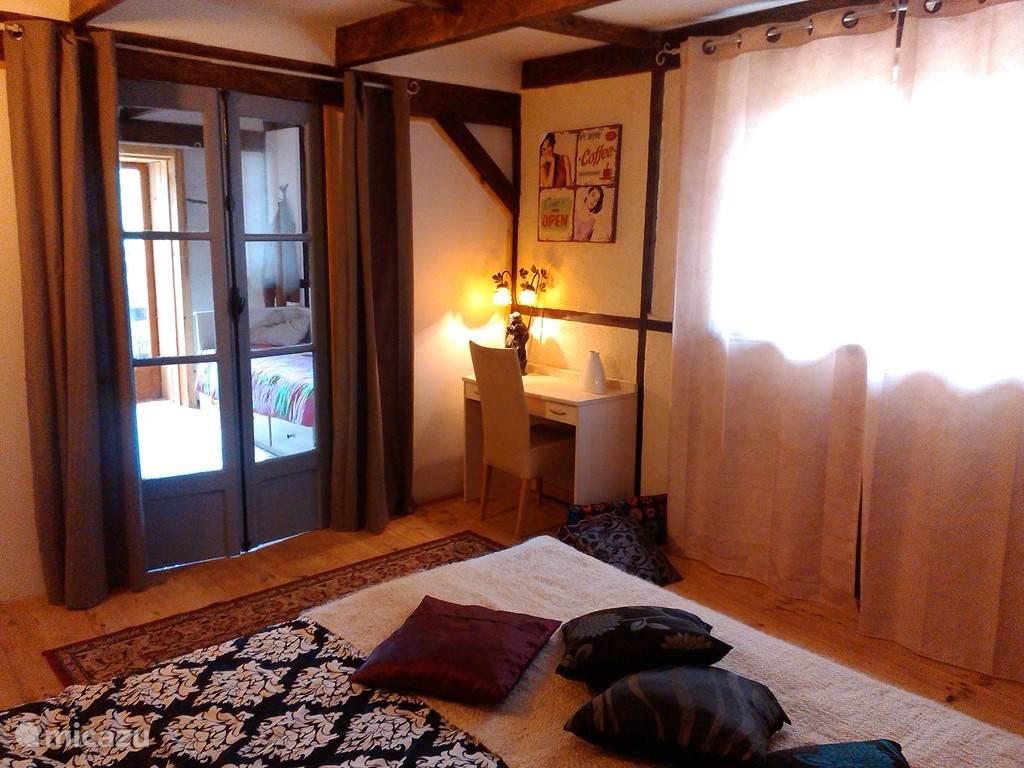 De 2e slaapkamer met 2 persoonsbed,  grenst aan de kinderslaapkamer met 2x een 1-persoonsbed.