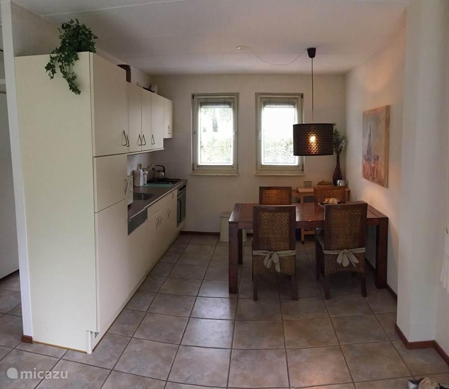 Comfortabele en ruime eetkeuken met oven, magnetron en vaatwasmachine