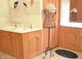 Ruime badkamer met 3 douches, twee toiletten en 5 wastafels