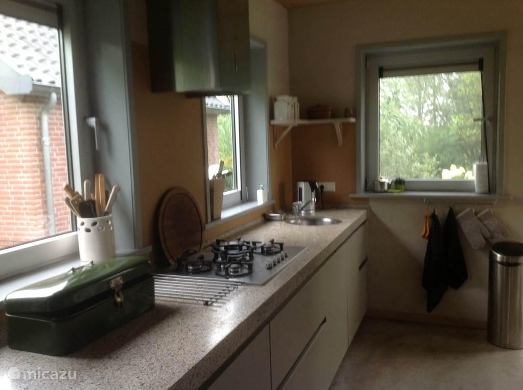 De moderne keuken, goed geoutilleerd, met prachtig uitzicht over de omgeving