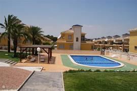 Onder een strakblauwe hemel in de heerlijk warme Spaanse zon is het heerlijk toeven in ons gezamenlijke zwembad met voor de kleintjes een apart deel!Na het gespetter is het  comfortabel rusten op de ligweide