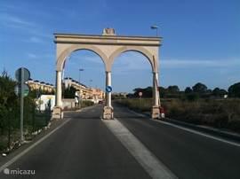 Door de toegangspoort bereikt u onze fraaie Urbanisatie Lo Crispin;10 km van de kust [Guardamar/Torrevieja etc.]