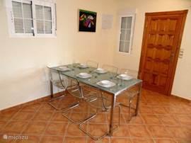 Een moderne eet-tafel met 6 comfortabele stoelen en evt. een kinderstoel