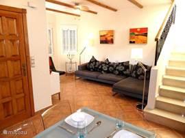 De lounge nodigt uit tot gezellig samen zitten bij TV [satelliet-TV]/Radio/DVD