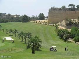 Vele fraaie golfbanen in de buurt;dit is Campoamar. Dichter bij zijn Vistabella of Quesada