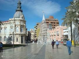 In het ruim 2000 jaar oude Cartagena,een belangrijke marinestad,zo'n 50 km naar het zuiden, is het goed toeven;antiek en modern door-een.Maak een rondvaart door de fraaie haven en ga even het zeegat uit of monster aan op een catamaran voor een paar uur buitengaats!