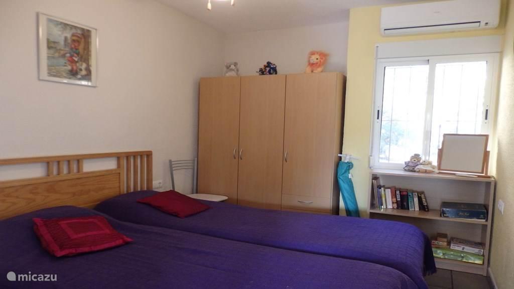 2de slaapkamer met 2 eenpersoonsbedden, plafondventilator en airco