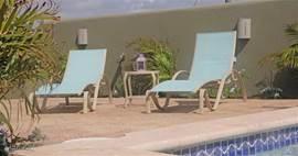 Ligstoelen bij het zwembad