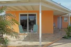 Patio aan de voorzijde van appartement #1, met uitzicht op het zwembad en de tuin