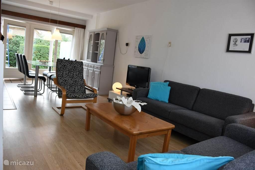 Royale 'doorzon' woonkamer met grote raampartijen aan voor- en achterkant