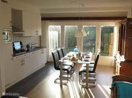 Open eetkeuken aan tuinzijde met openslaande terrasdeuren