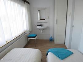 Slaapkamer voorkant met wastafel