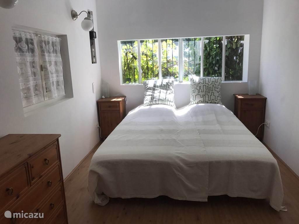 Slaapkamer 2 met 2 eenpersoons bedden (80x200)