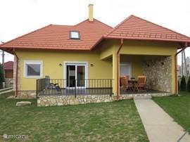 Achteraan zicht huis met over- en onoverdekt terras