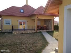 Achterzijde huis met hele dag zon. Nu wel met groen gras. Tevens garage.