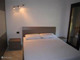 Tweede 2-persoons slaapkamer met een 2-persoons bed, ruime kledingkast, 2 nachtkastjes en een dressoir.