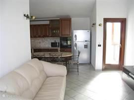 In de woonkamer staat een zitbank welke ook gebruikt kan worden als 2-persoons slaap plaats.